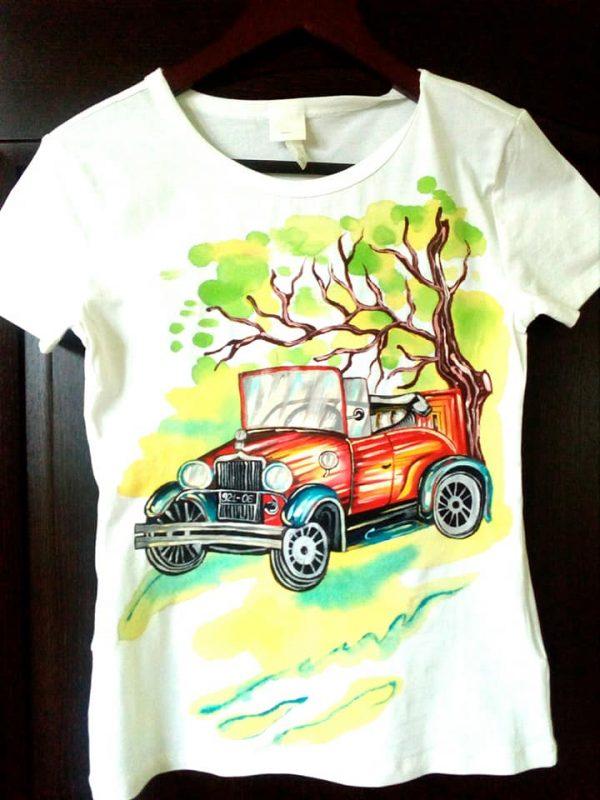 Tricou cu Masina - pictat manual in culori speciale de textil.